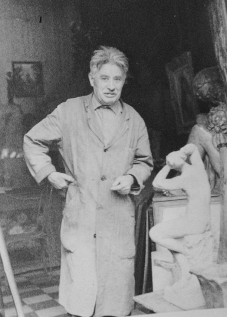 Richard Guino dans son atelier d'Antony vers 1971
