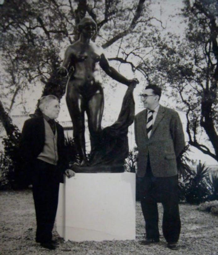 Richard Guino et Denis-Jean Clergue entourent Venus Victrix dans le jardin des Collettes à l'occasion de l'inauguration du bronze, nouvellement acquis par le musée Renoir, Cagnes-sur-Mer 1964
