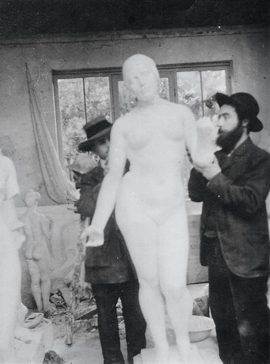 Guino et Gaspard Maillol, neveu du sculpteur, travaillent sur plâtre de l'Été, c. 1911